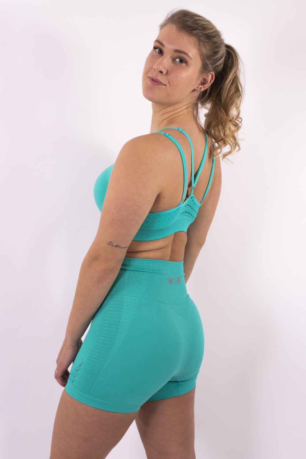 turquoise set woman nutrition
