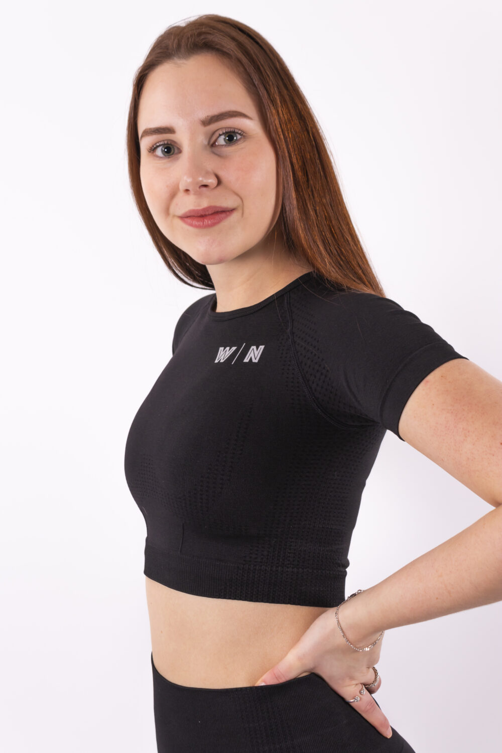 basic black cropped t-shirt woman nutrition